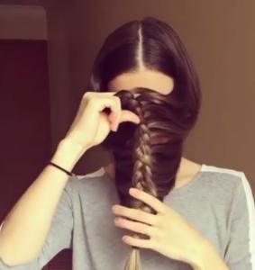 Une-femme-crée-un-joli-look-en-tressant-ses-cheveux-devant-sa-tête-5