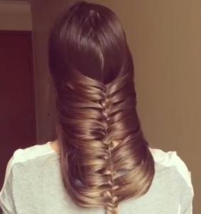Une-femme-crée-un-joli-look-en-tressant-ses-cheveux-devant-sa-tête-7