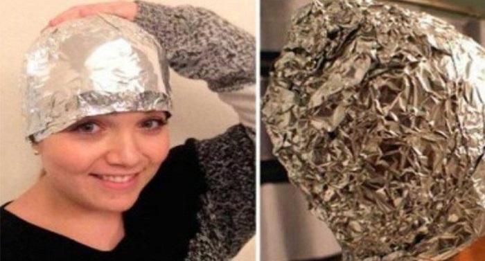 Une-femme-met-du-papier-aluminium-sur-ses-cheveux-1